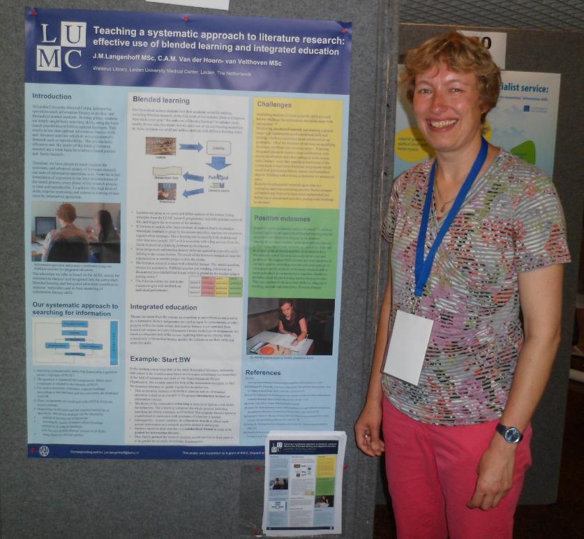 Jessica staat naast een wetenschappelijke poster. De poster gaat over effectief onderwijs geven in informatievaardigheden