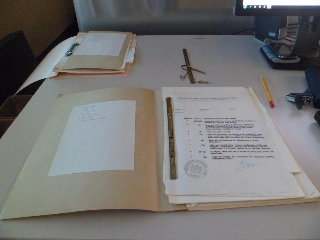 Een opengeslagen archiefmap op een bureau