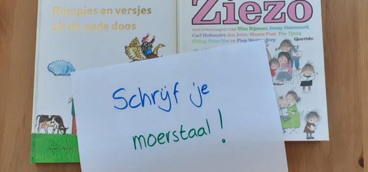 twee kinderboeken met daarop een blad papier met handgeschreven tekst: schrijf je moerstaal!