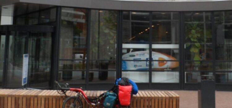 Jessica's ligfiets met vakantiebagage voor de ingang van de Faculteit Bewegingswetenschappen