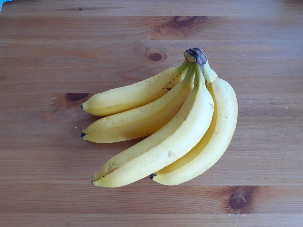 een tros gele bananen